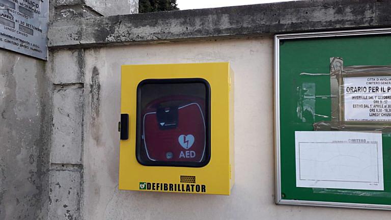 Avigliana, installato il defibrillatore davanti al cimitero