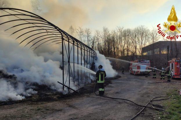 A fuoco un fienile a Rosta: intervento in corso- Foto