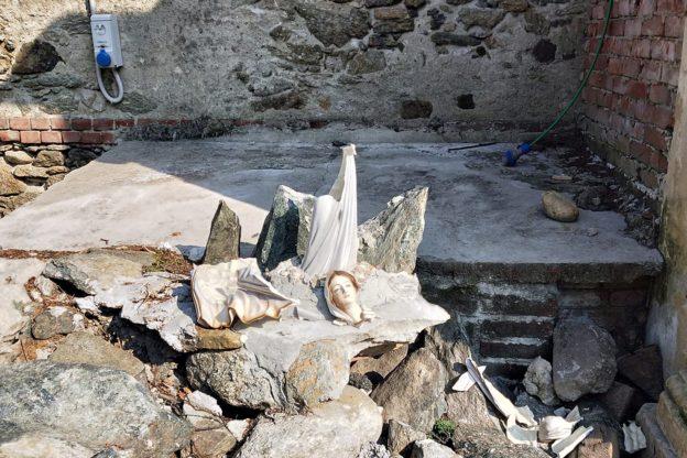 Vandali in azione a Giaveno: una Madonnina è stata ridotta in pezzi