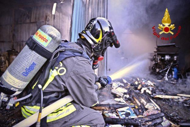 Trana, incendio in un deposito di attrezzature agricole
