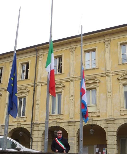 Covid- 19, bandiere a mezz'asta in segno di lutto in tutta Italia