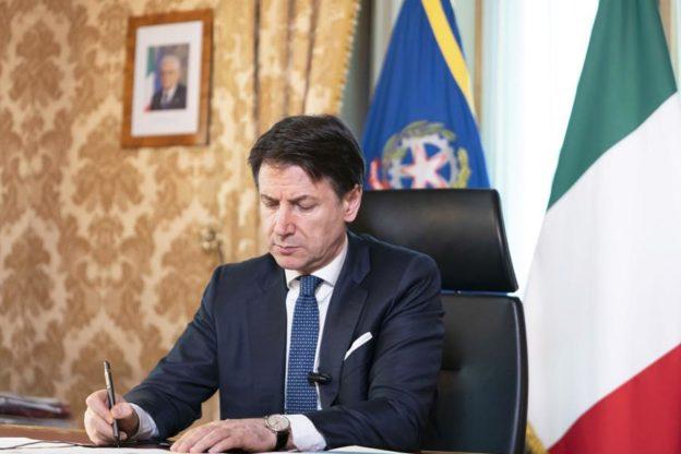 Conte ha firmato il nuovo Dpcm: chiusi cinema e palestre, limitazioni per bar e ristoranti