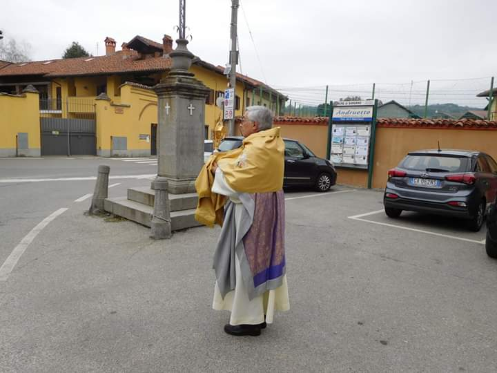 Sangano, don Gianni Mazzali porta in processione (da solo) il Santissimo