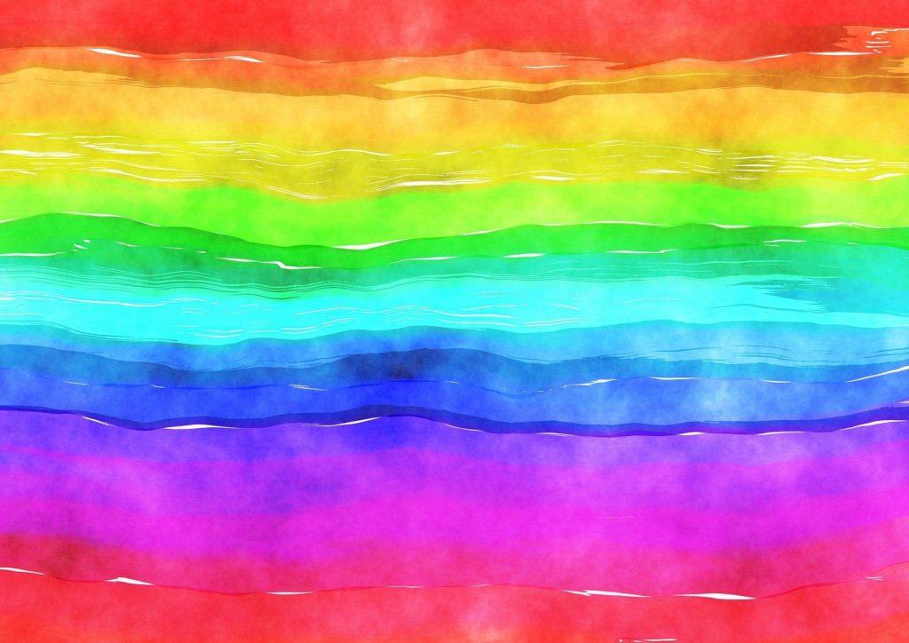 Un lenzuolo arcobaleno appeso al balcone per portare ottimismo