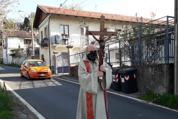 Reano, don Dino Morando ha portato in processione il Crocefisso