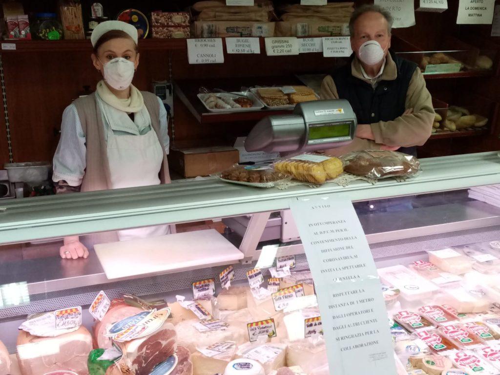 """Valgioie, Gianni e Stefania rinunciano alle ferie: """"Siamo l'unico market del paese"""""""