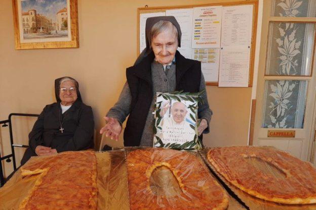 Giaveno, festa per i 100 anni di suor Maria che vorrebbe mangiare una pizza con il Papa