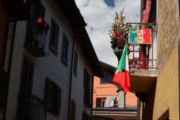 Bella Ciao e le bandiere italiane invadono il centro storico di Susa