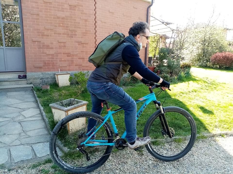 Ad Avigliana il libraio fa le consegne in bicicletta