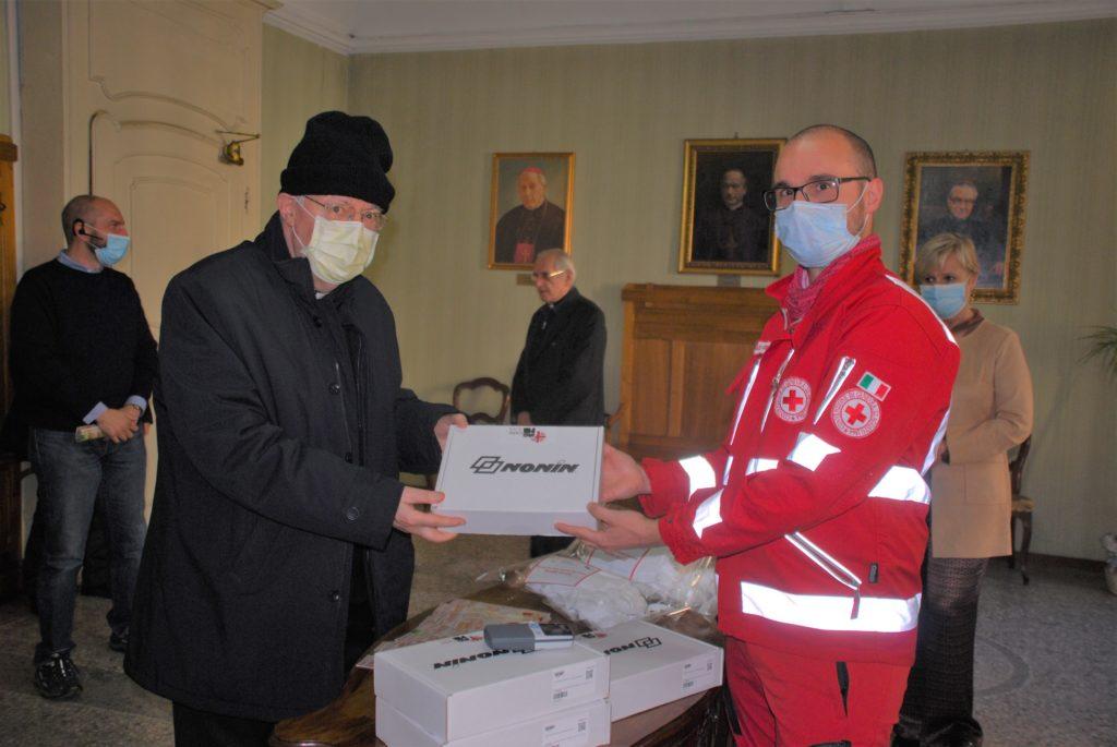 Susa, mons. Nosiglia consegna i palmari e le mascherine della Caritas alla CRI
