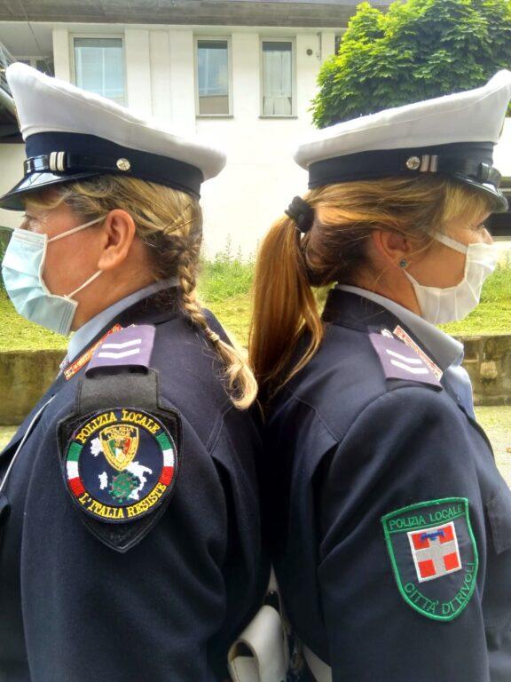 Il distintivo della solidarietà sulla divisa degli agenti della Polizia Locale rivolese