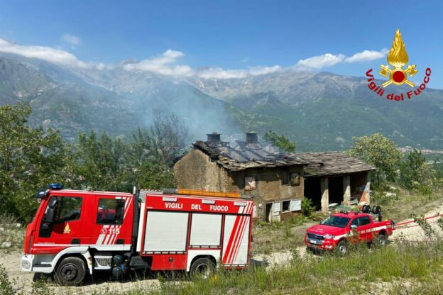 Bussoleno, incendio in un edificio disabitato