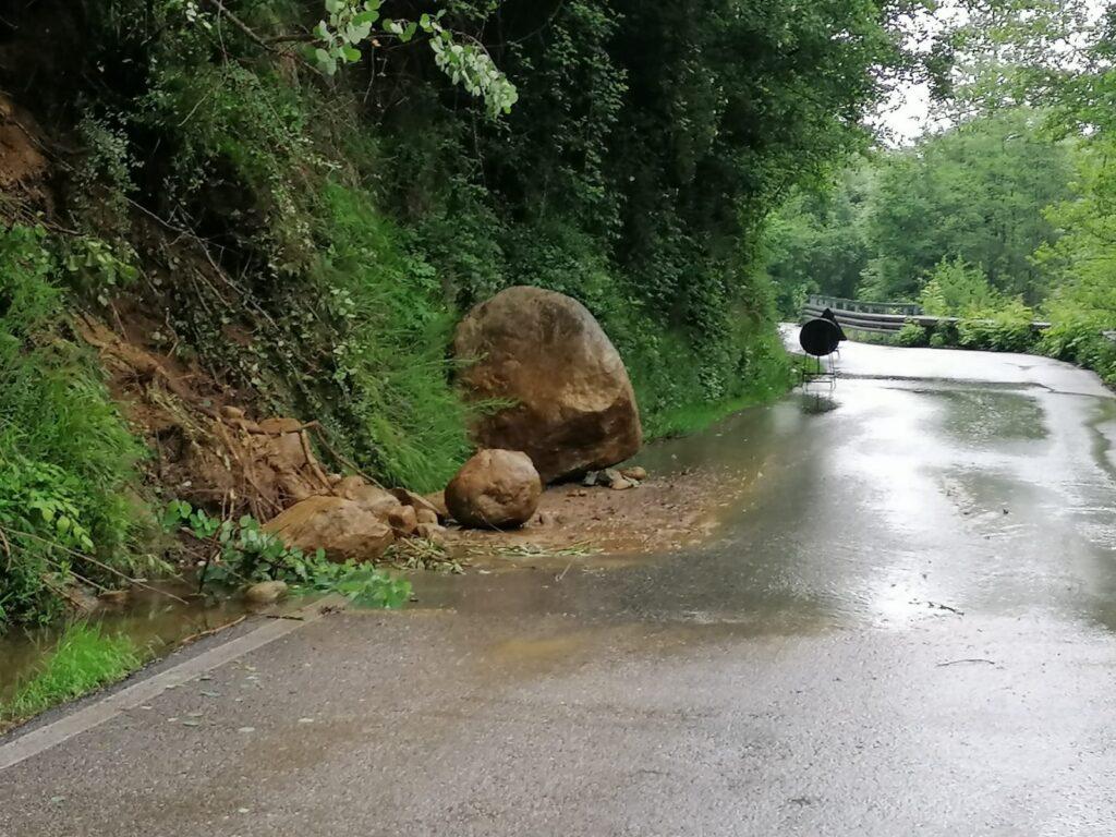Massi sulla strada provinciale che porta a Forno di Coazze