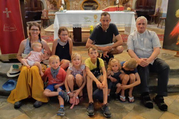 S.Antonino. Papà, mamma e sette figli in cammino verso Roma