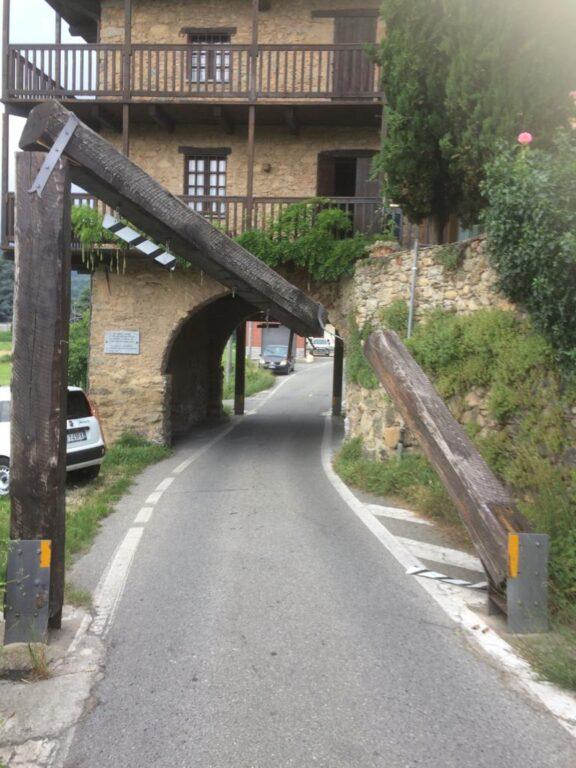 Giaveno, incidente all'Arco delle Streghe: trattore distrugge una protezione