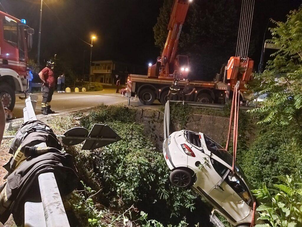 Auto finisce sottosopra nei pressi del Sangone a Trana: 5 feriti lievi