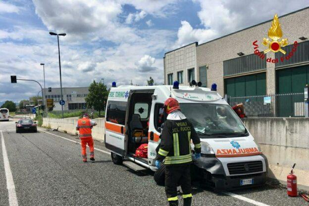 Alpignano, i Vigili del Fuoco salvano un uomo e lo affidano a un'ambulanza che subito dopo ha un incidente