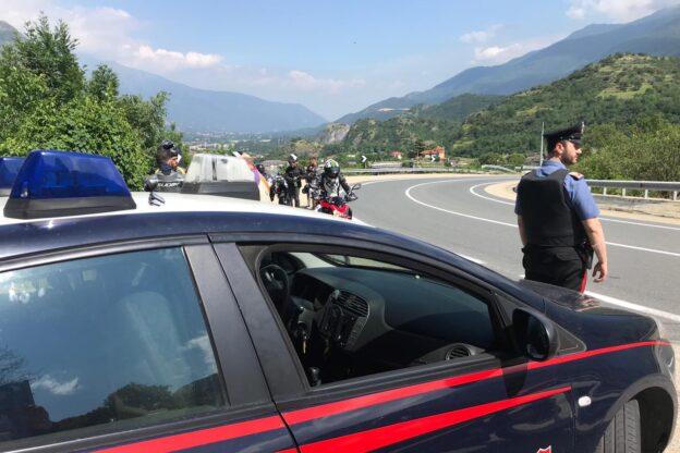 """""""Non indossa bene la mascherina"""". Finto carabiniere tenta di rapinare un 70enne"""