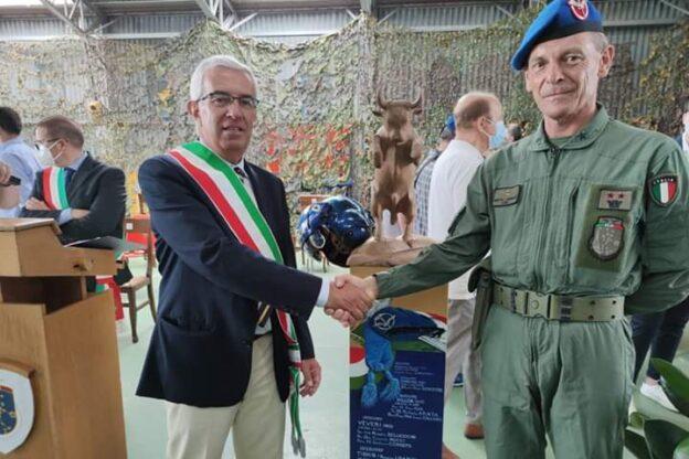 Sangano saluta il tenente colonnello Corrado Motta dell'Aviazione dell'Esercito