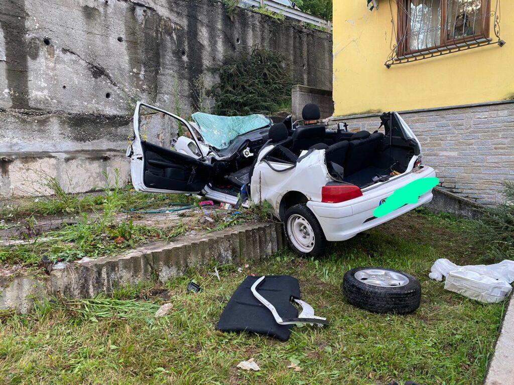 Giaveno, perde il controllo della sua auto e finisce nel giardino di una casa