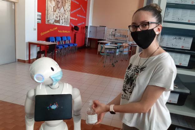 All'Itis Ferrari di Susa gli studenti vengono accolti dal robottino Pepper