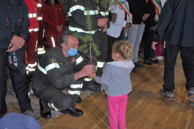 Il vescovo Cesare ha benedetto le piantine che proveranno a sanare i danni degli incendi del 2017