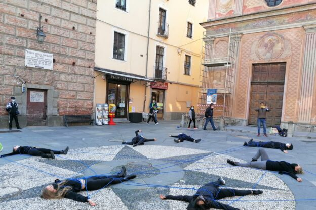Giaveno, il flash mob  in piazza di Arte in Movimento