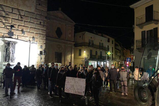 Alcuni commercianti protestano per le vie di Giaveno contro il nuovo Dpcm