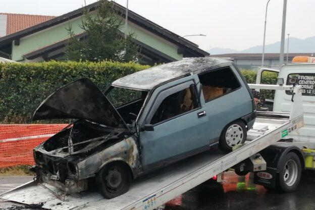 Giaveno, un'auto prende fuoco alla rotonda della Coop