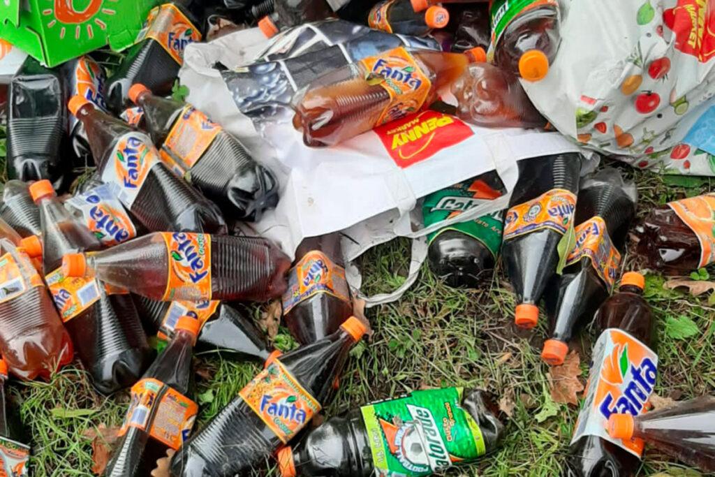 Avigliana, decine di bottiglie con liquido industriale abbandonate nei boschi