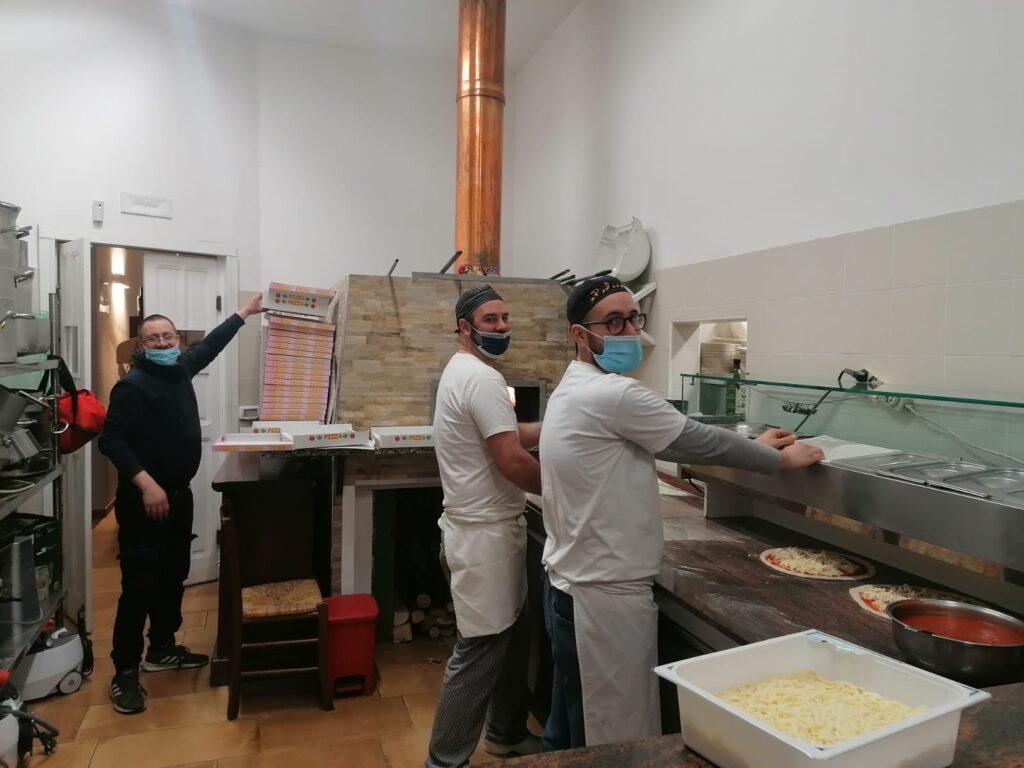 """A Coazze i """"Cusinot"""" hanno preparato 40 pizze per altrettante persone in difficoltà"""
