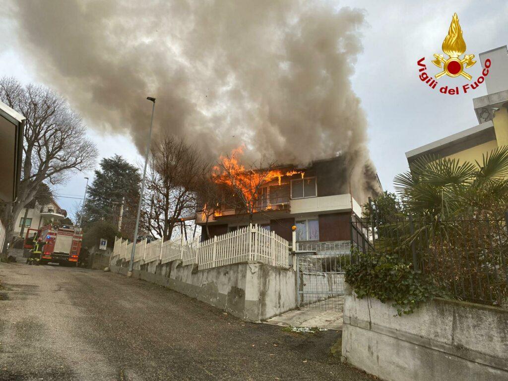 Brucia il tetto di una casa a Rivoli. Intervengono i Vigili del Fuoco