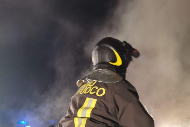 Giaveno, va a fuoco il tetto di una casa in via dei Sabbioni