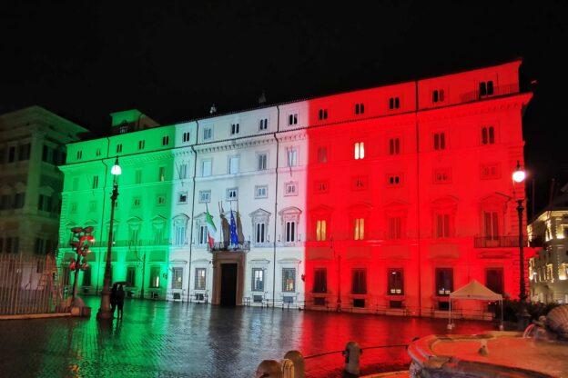 Avigliana, la ditta Proietta illumina Palazzo Chigi con il Tricolore