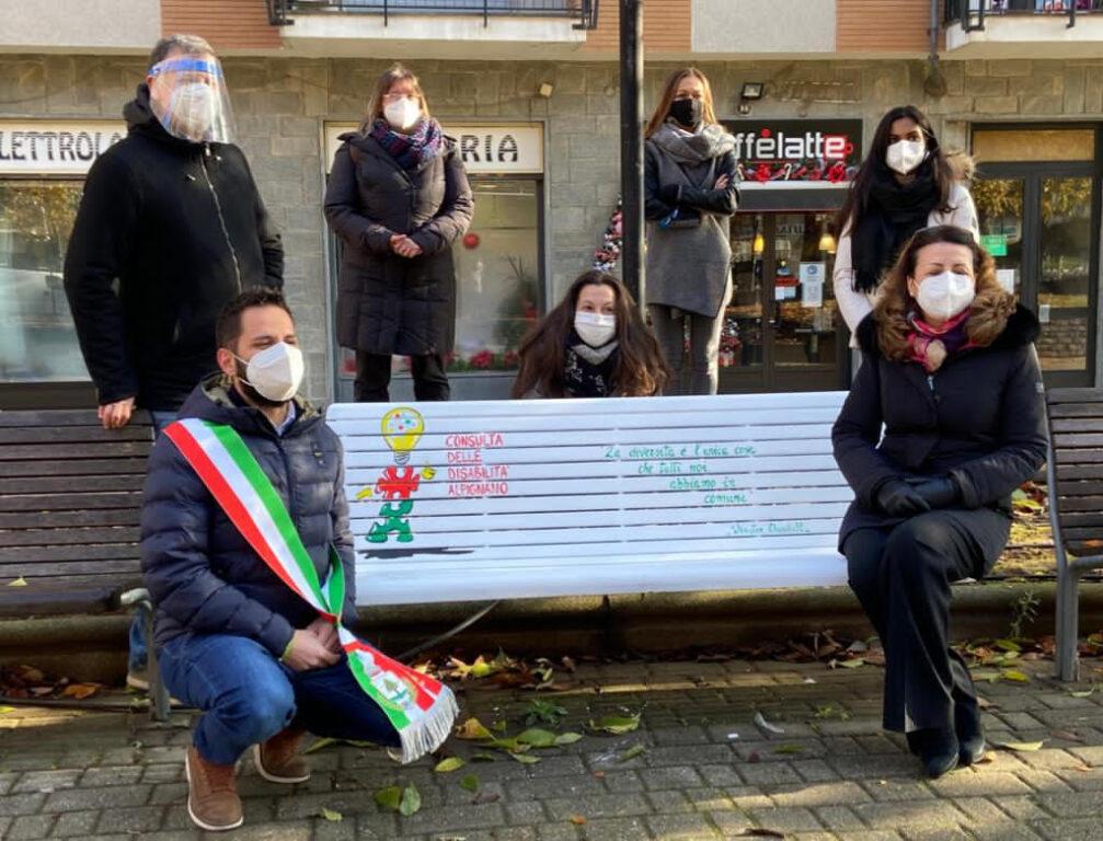 In piazza Caduti ad Alpignano una panchina bianca simbolo della disabilità