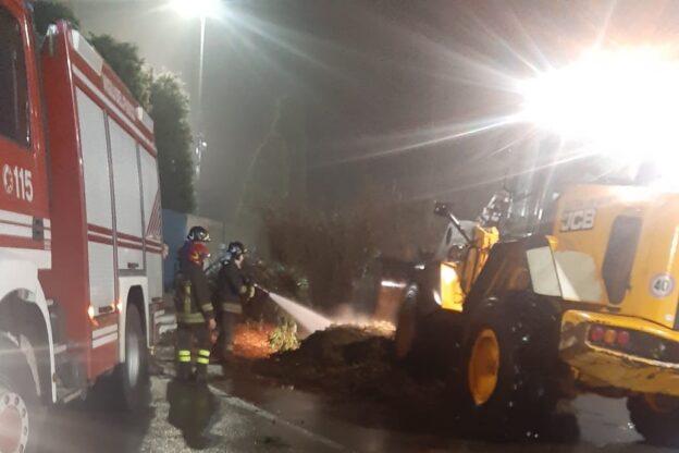 Giaveno, incendio all'ecocentro comunale: intervento in corso