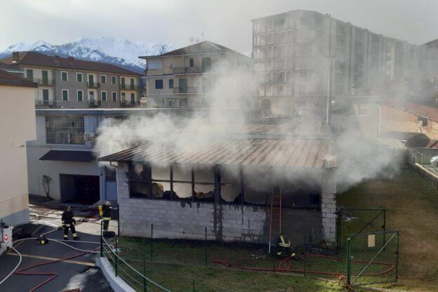 Quasi del tutto spento l'incendio in centro a Giaveno