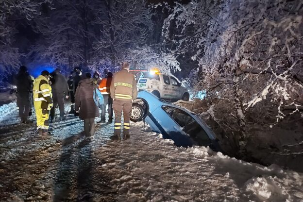 Due auto fuori strada in Val Sangone: intervengono i Vigili del Fuoco