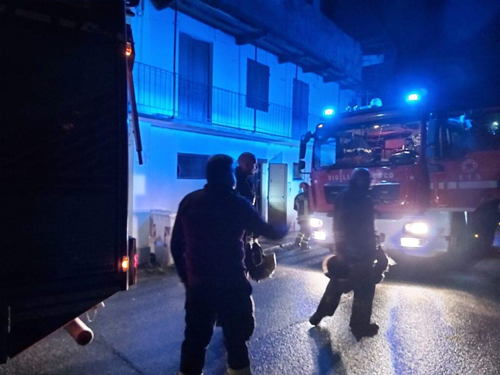 Giaveno, i Vigili del Fuoco domano un principio d'incendio in un alloggio
