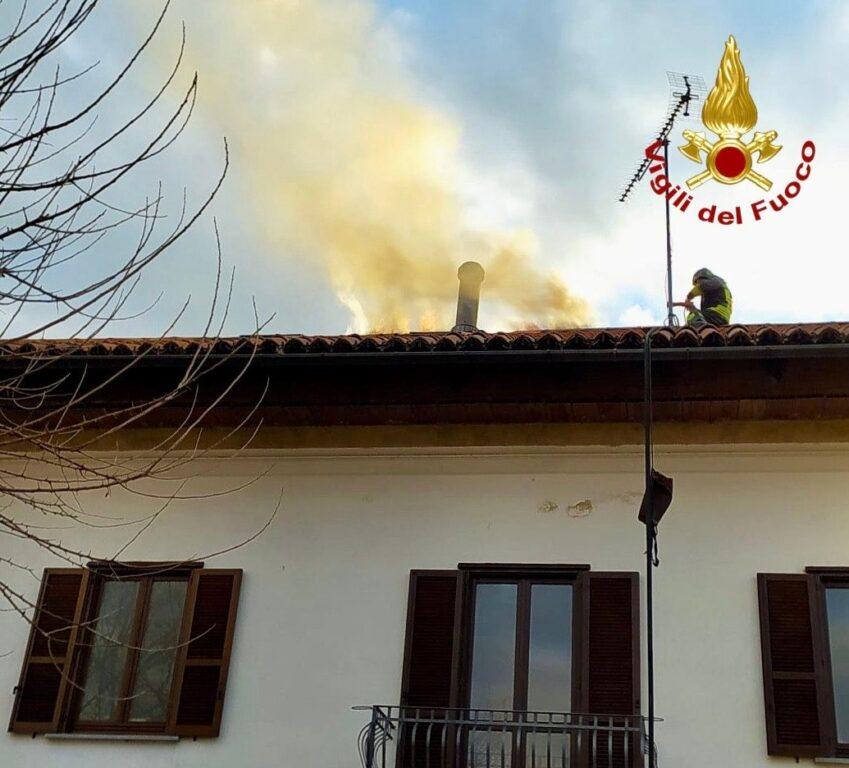 Sangano, va a fuoco il tetto di un'abitazione. Salvi gli occupanti