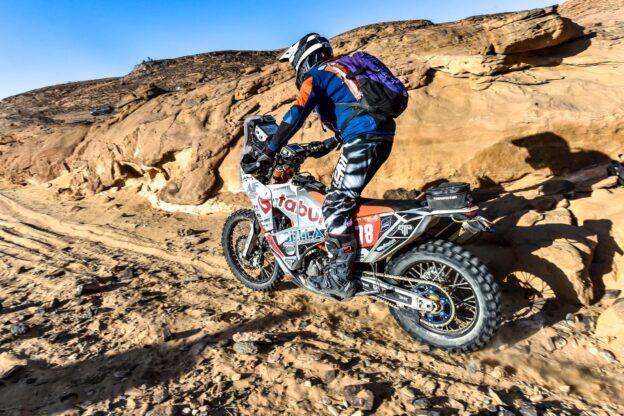 """""""Cesare d'Arabia"""" conquista la Dakar 2021 a bordo della sua moto"""