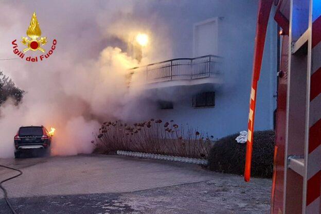 Chiusa di San Michele, un'auto prende fuoco all'interno del cortile di un'abitazione