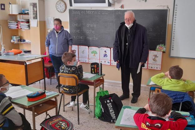 Susa, mons. Nosiglia ha consegnato i buoni spesa agli alunni dell'Istituto San Giuseppe