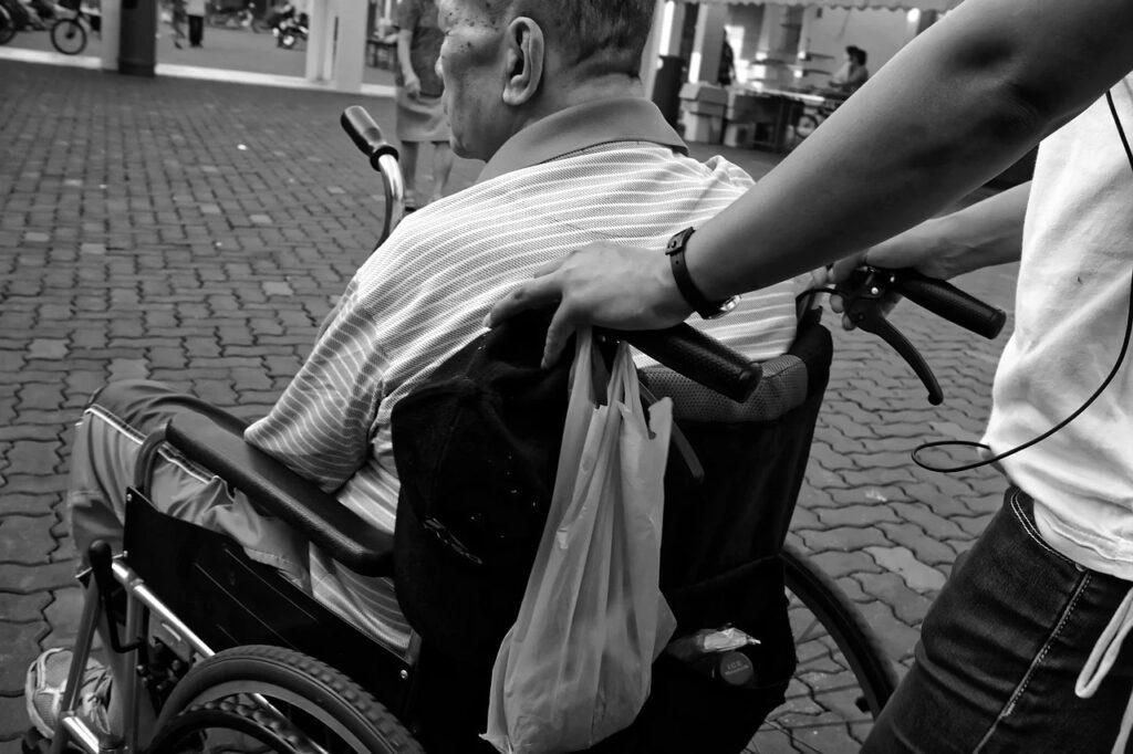 Cercansi badanti, conviventi e non, per alcuni anziani residenti in Val di Susa