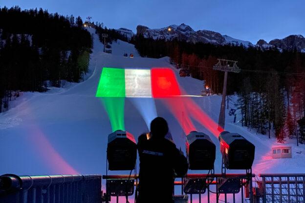 Proietta illumina le piste da sci e i monumenti di Cortina durante i Mondiali