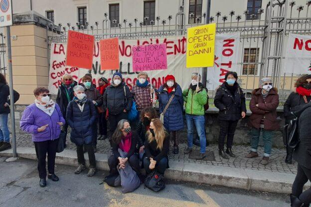 """Susa, manifestazione delle """"Fomne No Tav"""" davanti all'ospedale"""