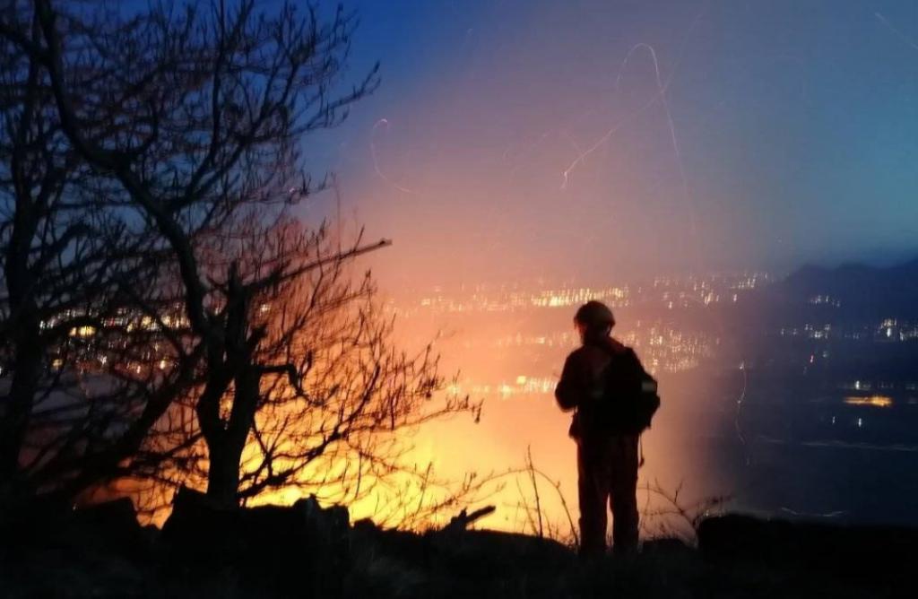 Faccia a faccia con i volontari che combattono contro gli incendi boschivi
