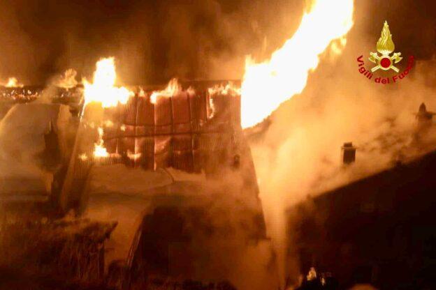 Terribile incendio a Sauze di Cesana: a fuoco numerose baite
