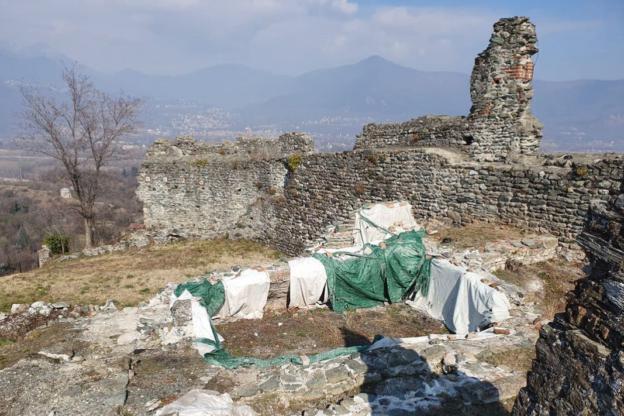 Ruderi coperti al Castello di Avigliana: scoppia la polemica