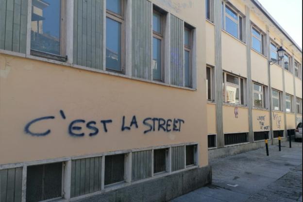 Giaveno, scritte sui muri in pieno centro. Caccia ai responsabili